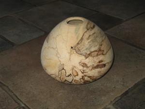eivormige beukenhouten vaas met sporen van rot